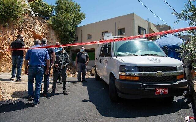 La police sur les lieux du meurtre de Sahar Ismail, l'assistante du ministre de l'Education pour la société arabe, dans la ville de Rameh, au nord d'Israël, le 15 août 2021. (Crédit : Flash90)