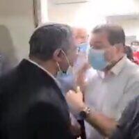 Capture d'écran de la vidéo d'une altercation entre le leader du parti d'extrême droite Otzma Yehudit, le député Itamar Ben Gvir (centre-gauche),  et  le député Ayman Odeh, leader du parti prédominant arabe-israélien  Liste arabe unie, à l'hôpital Kaplan à Rehovot, le 19 octobre 2021. (Crédit : Twitter)