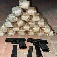 Drogues et armes à feu qui, selon la police israélienne et Tsahal, ont été introduites clandestinement du Liban, 23 octobre 2021 (Crédit : Police israélienne)