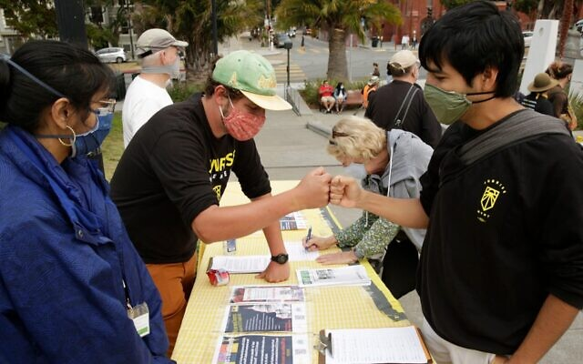 Un porte-parole du Sunrise Movement s'entretient avec un manifestant lors de l'exposition murale #SealTheDeal for Climate, Jobs, Care, and Justice à San Francisco, le 19 août 2021. (Crédit : Thos Robinson/Getty Images for Green New Deal Network)