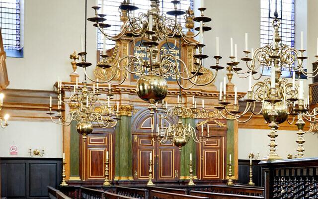 Une vue de l'intérieur de la synagogue Bevis Marks de Londres, le 17 août 2015. (Crédit : Peter Dazeley/Getty Images via JTA)