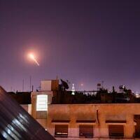 Les défenses aériennes syriennes répondent à des missiles israéliens présumés visant le sud de la capitale Damas, le 20 juillet 2020. (Crédit : AFP)