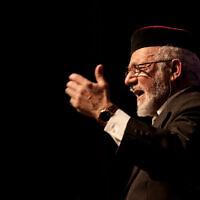 Le rabbin Haim Louk, célèbre chanteur de poèmes liturgiques, qui se produira avec les chanteurs israéliens Amir Benayoun et Berry Sakharov pour les célébrations de son 80e anniversaire en octobre et décembre 2021. (Crédit : Shmulik Balmas)