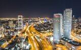 La ligne d'horizon de Tel Aviv la nuit. (Crédit : Shai Pal sur Unsplash)