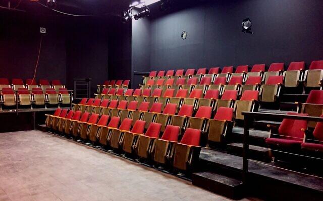 Le théâtre de 104 places construit par Grant et Daniella Crankshaw pour le Raanana Center Stage est menacé de fermeture en raison de la pandémie (Crédit : autorisation Center Stage).