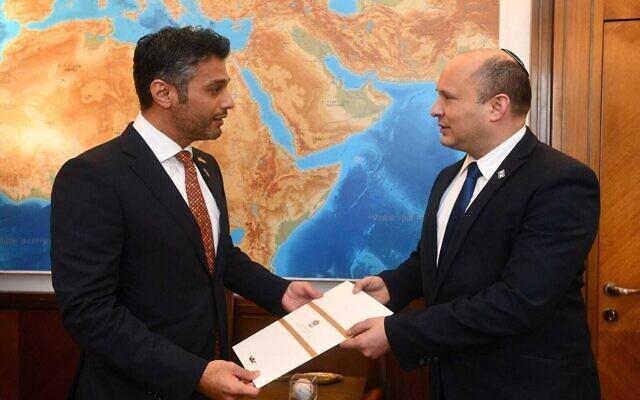 L'ambassadeur des EAU en Israël Muhammad Al Khajah avec le Premier ministre Naftali Bennett, le 19 octobre 2021 (Crédit : Haim Tzah/GPO)