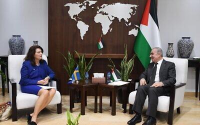 La ministre suédoise des Affaires étrangères, Ann Linde, rencontre le Premier ministre de l'Autorité palestinienne, Mohammad Shtayyeh, à Ramallah, le 19 octobre 2021. (Crédit)