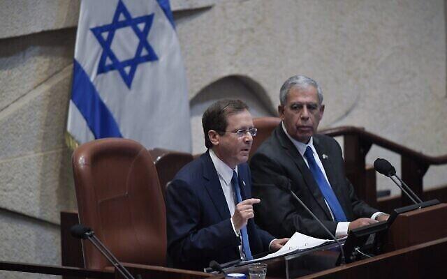 Le président Isaac Herzog lors d'un discours à la Knesset à Jérusalem, le 4 octobre 2021. (Crédit :  Kobi Gideon/GPO)