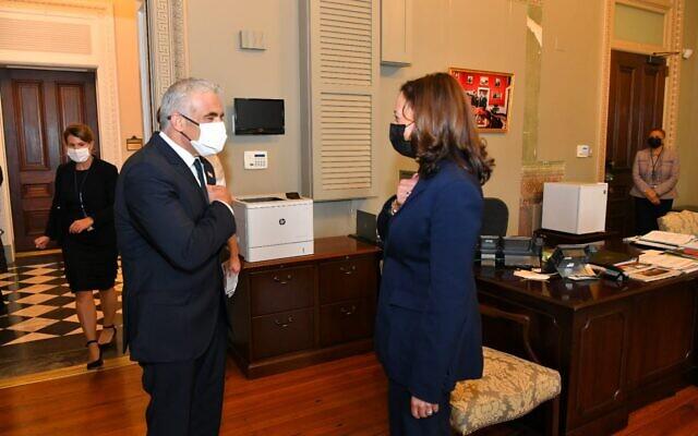 Le ministre des Affaires étrangères Yair Lapid rencontre la vice-présidente américaine Kamala Harris à Washington, le 12 octobre 2021. (Crédit : Shlomi Amsalem/GPO)
