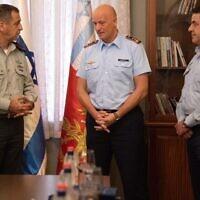 Le chef de l'armée de l'air allemande Ingo Gerhartz, au centre, reçoit la médaille d'appréciation du chef d'état-major du lieutenant-général Aviv Kohavi, à gauche, et du chef de l'armée de l'air israélienne Amikam Norkin, le 18 octobre 2021. (Crédit : Tsahal)