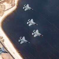 Des avions de combat F-35 israéliens volent en formation lors de l'exercice militaire Blue Flag en octobre 2021. (Crédit : armée israélienne)