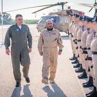 Le chef de l'armée de l'air émiratie Ibrahim Nasser Muhammed al-Alawi, atterrit en Israël et rencontre le chef de l'armée de l'air israélienne Amikam Norkin  pour observer l'exercice Blue Flag de l'IAF le 25 octobre 2021. (Crédit : Tsahal)