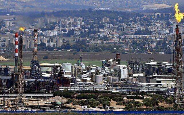 Vue des cheminées d'une raffinerie dans la baie de Haïfa. (Shay Levy/Flash90)