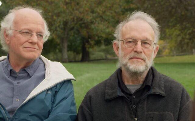 Ben Cohen, à gauche, et Jerry Greenfield, à droite, s'entretiennent avec Axios dans une interview diffusée le 10 octobre 2021. (Capture d'écran)
