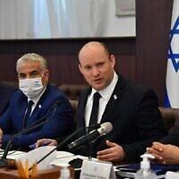 Le Premier ministre Naftali Bennett dirige une réunion du cabinet au bureau du Premier ministre de Jérusalem, le 24 octobre 2021. (Crédit : Yoav Dudkevitch/POOL)