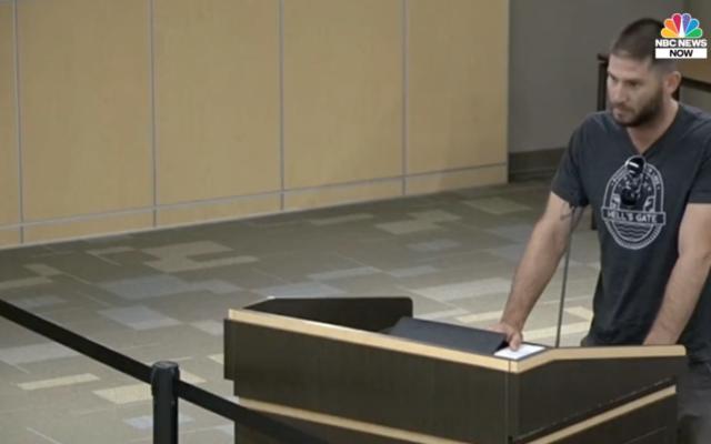 Jake Berman, un ancien élève juif, prend la parole lors d'une réunion du conseil scolaire à Southlake, au Texas, le 18 octobre 2021. (Capture d'écran)