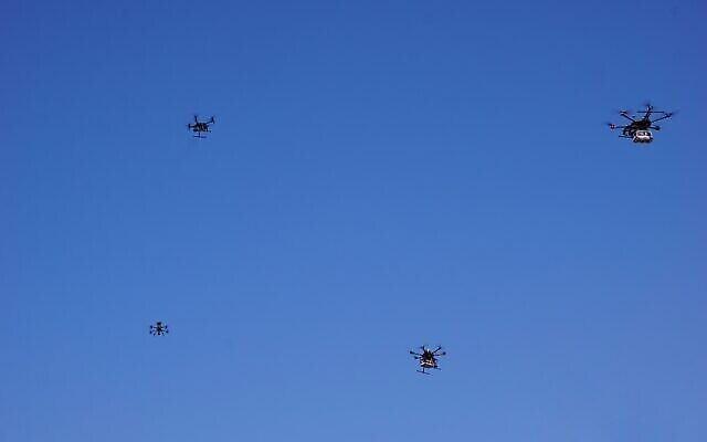 Des drones volant près de la ville de Tel Aviv le 11 octobre 2021, dans le cadre d'un projet pilote mené par l'Autorité israélienne de l'innovation avec des partenaires pour créer un réseau de livraisons par drones en Israël (Emanuel Fabian/Times of Israel).