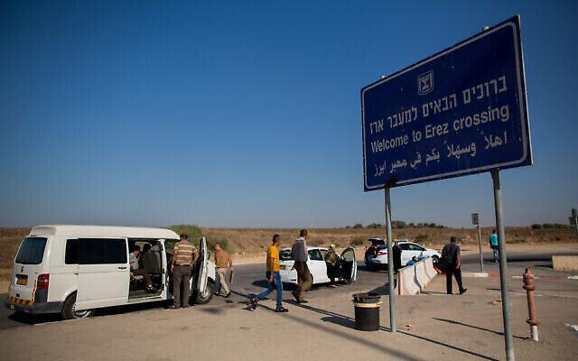 Illustration : Des Palestiniens sont vus du côté israélien du passage d'Erez, près de la frontière avec la bande de Gaza, le 3 septembre 2015. (Yonatan Sindel/Flash90)