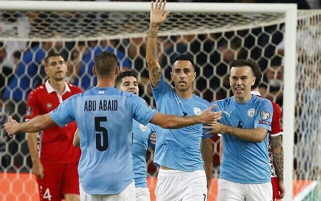 L'attaquant israélien Eran Zahavi (C) célèbre son 33e but national, un record, avec ses coéquipiers lors du match de football des qualifications asiatiques pour la Coupe du monde du Qatar 2022 entre Israël et la Moldavie, au stade Turner de Beersheba, le 12 octobre 2021. (JACK GUEZ / AFP)
