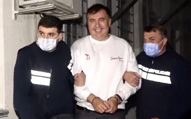 Des policiers géorgiens escortent l'ancien président Mikheil Saakashvili après son arrestation à Rustavi, en Géorgie, le vendredi 1er octobre 2021. (Service de presse du ministère géorgien de l'Intérieur via AP)