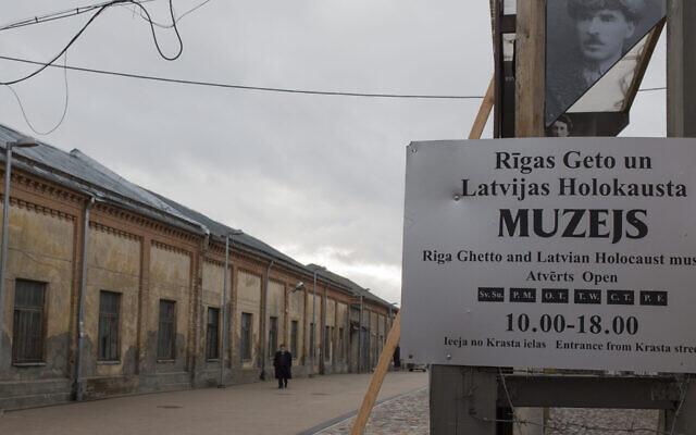 Un homme se tient à l'intérieur du musée du ghetto de Riga, à Riga, en Lettonie, le 11 janvier 2014. (Fishman/Ullstein via Getty Images)