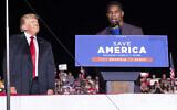 """L'ancien président Donald Trump écoute le candidat au Sénat de la Géorgie, Herschel Walker, lors de son rallye """"Save America"""" à Perry, en Géorgie, le samedi 25 septembre 2021. (AP Photo/Ben Gray)"""