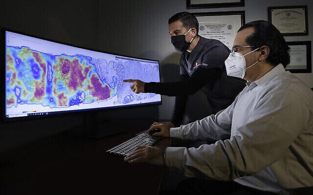 Des pathologistes de CorePlus à Porto Rico examinent une carte thermique du cancer générée à l'aide d'une technologie d'IA développée par la société israélienne Ibex Medical Analytics. (Courtoisie)
