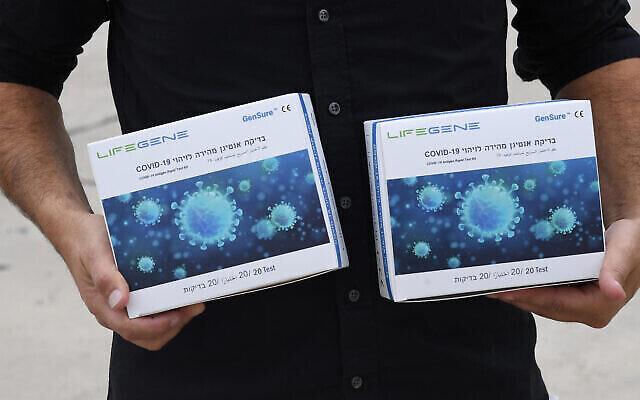 Quelques-uns des millions de kits de dépistage de l'antigène du coronavirus arrivés en Israël le 12 octobre 2021. (Haim Zach / GPO)