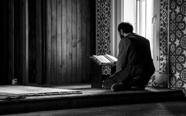 Illustration d'un musulman lisant le Coran dans une mosquée. (Crédit : Pixabay)