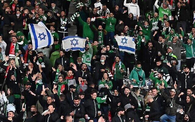 Les supporters du Maccabi Haifa déploient des drapeaux israéliens dans les tribunes, lors du match de football aller du groupe E de l'UEFA Conference League entre le FC Union Berlin et le Maccabi Haifa au stade olympique de Berlin, le 30 septembre 2021. (Matthias KOCH / DPA / AFP) / Allemagne OUT)