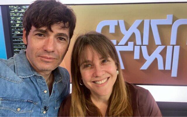 Paula and Leon Rosenberg, présentateurs de la Matinale de Keshet 12, se sont présentés sans maquillage -une première dans l'Histoire de la télévision- pour protester contre les pressions de la société sur l'apparence, le 10 octobre 2021. (Crédit : Facebook)