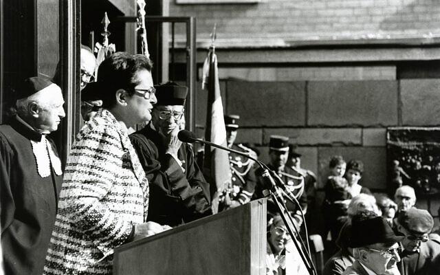 Allocution de Gilberte Nissim Steg sur le parvis du Mémorial du martyr juif inconnu, en compagnie du rabbin Emile Kacman,lors de la cérémonie officielle de l'Hazkara, le 11 septembre 1994. (Crédit : Mémorial de la Shoah)