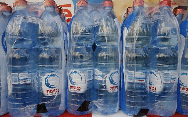 Des bouteilles d'eau Neviot exposées dans des magasins le 17 février 2009. (Miriam Alster/Flash90)