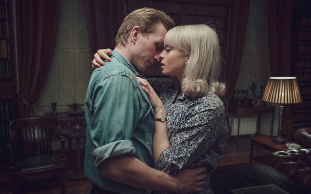 Tom Varey dans le rôle de Jack Morris et Agnes O'Casey dans le rôle de Vivien Epstein dans 'Ridley Road'. (Courtoisie de Red Productions) Un numéro d'équilibriste
