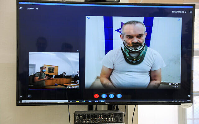 Guy Shapiro, soupçonné du meurtre de sa femme à Ma'ale Adumim le mois précédent, est vu sur un écran via une liaison vidéo lors d'une audience de détention provisoire au tribunal de première instance de Jérusalem, le 7 octobre 2021. (Olivier Fitoussi/Flash90)
