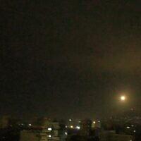Illustration : Un missile anti-aérien syrien est tiré dans le ciel près de Damas lors d'une prétendue frappe aérienne israélienne le 6 janvier 2021. (Capture d'écran : SANA)