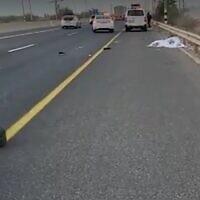 Le lieu où un homme de 42 ans a été tué par un camion alors qu'il changeait un pneu sur sa voiture, près de Hadera, le 25 octobre 2021. (Capture d'écran/Magen David Adom)