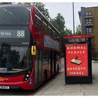 Une affiche anti-Israël sur un arrêt de bus de Londres, en octobre 2021. (Crédit : Centre Simon Wiesenthal)