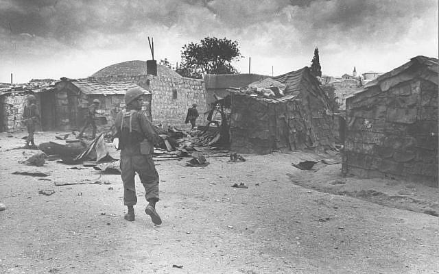 Les soldats de l'armée israélienne ont nettoyé les bâtiments dans le quartier musulman de la Vieille Ville de Jérusalem lors de la Guerre des Six jours de 1967. (Crédit : Avner Ofer / Archivede l'armée israélienne du Ministère de la Défense)