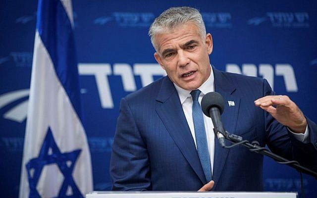 Yair Lapid, président de Yesh Atid, pendant une réunion de son groupe parlementaire à la Knesset, le 10 juillet 2017. (Crédit : Yonatan Sindel/Flash90)