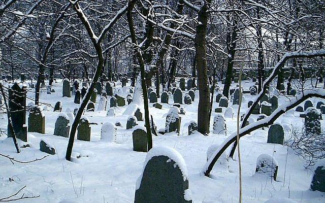 Illustration. Le cimetière juif de Chrzanow, en Pologne. (Crédit : Wikimedia Commons)
