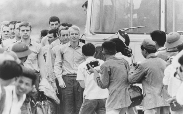 John McCain attend que le reste du groupe quitte le bus à l'aéroport après avoir été libéré en tant que prisonnier de guerre, 1973. (Crédit : US Navy / PD via Wikipedia)
