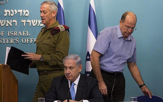 Le Premier ministre Benjamin Netanyahu, au centre, le ministre de la Défense Moshe Yaalon, à droite, et le chef d'Etat-major de l'époque, Benny Gantz, à gauche, lors d'une conférence de presse au bureau du Premier ministre de Jérusalem, le 27 août 2014 (Crédit :Yonatan Sindel/Flash90)