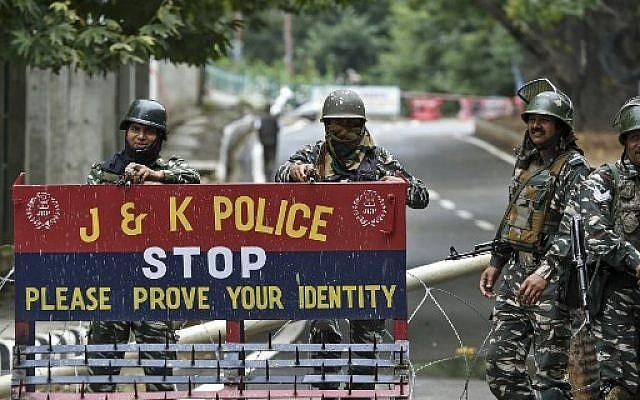 Le personnel de sécurité indien en garde à Srinagar le 17 août 2019. Photo : Tauseef Mustafa / AFP