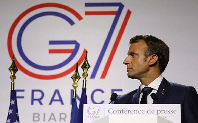 Le président français, Emmanuel Macron, lors d'une conférence de presse conjointe avec le président des États-Unis, Donald Trump, à Biarritz, dans le sud-ouest de la France, le 26 août 2019, le troisième jour du sommet annuel du G7 auquel ont participé les sept plus riches démocraties du monde, Grande-Bretagne, Canada, France, Allemagne, Italie, Japon et États-Unis. (Photo de Ludovic MARIN / AFP)