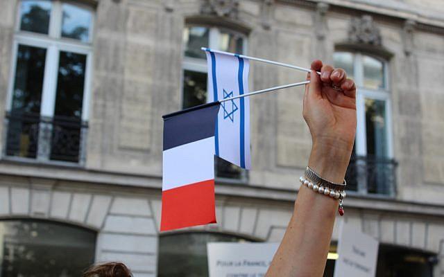 Un drapeau français et israélien. Illustration (Crédit : Glenn Cloarec/Times of Israel)