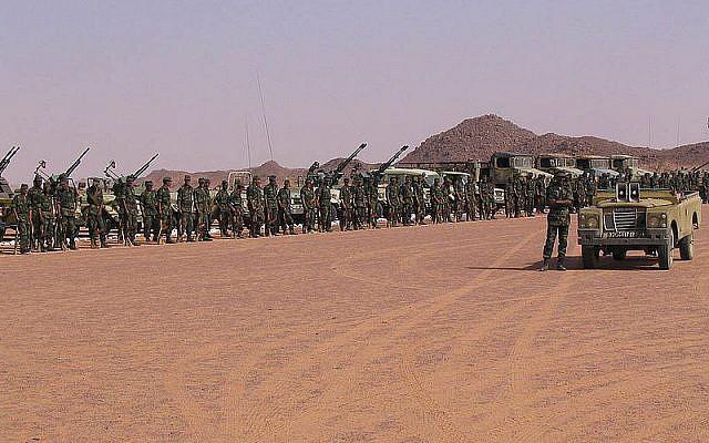 Rassemblement de troupes sahraouies, près de Tifariti (Sahara occidental), célébrant le 32ème anniversaire du Front Polisario. Photo : Saharauiak / CC BY-SA 2.0