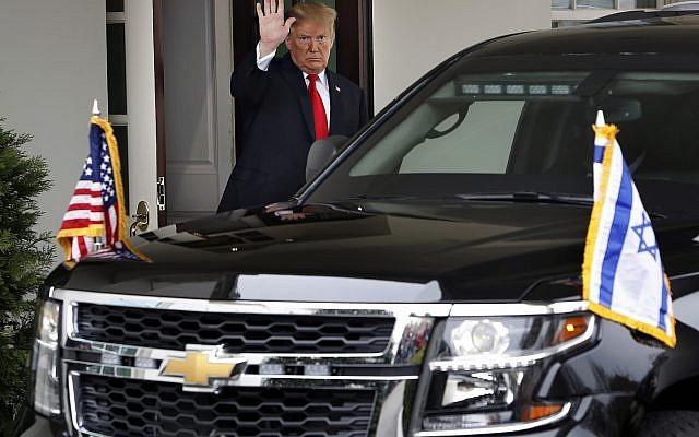 Le président Donald Trump salue le départ du véhicule du Premier ministre israélien Benjamin Netanyahu après leur réunion à la Maison Blanche, le lundi 25 mars 2019, à Washington. (AP Photo / Jacquelyn Martin)