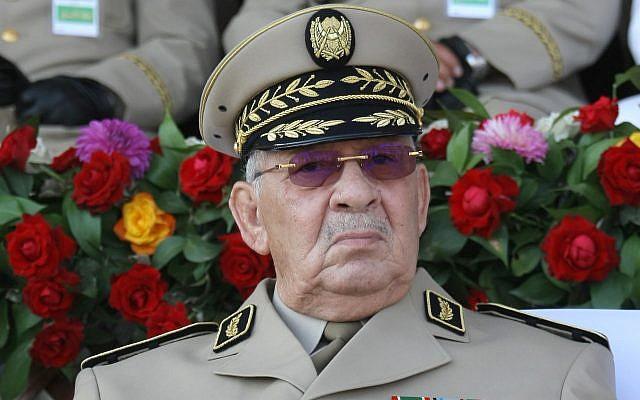 Dimanche 1er juillet 2018, le chef d'état-major algérien, le général Ahmed Gaid Salah, présidant un défilé militaire à Alger (AP Photo / Anis Belghoul).