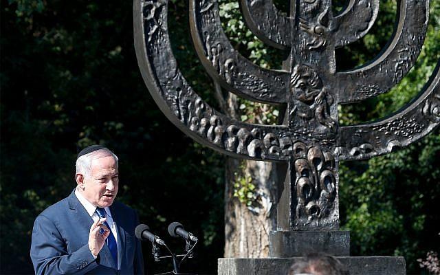 Le Premier ministre Benjamin Netanyahu s'exprimant à Babi Yar, où les troupes nazies ont assassiné des milliers de Juifs pendant la Seconde Guerre mondiale, à Kiev, en Ukraine.  Le 19 août 2019 (AP Photo / Efrem Lukatsky)